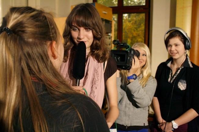 Schülerinnen arbeiten an einem Film
